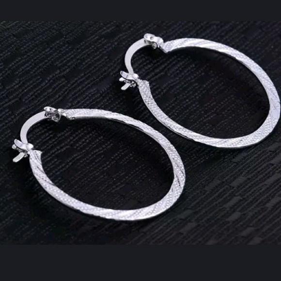 Jewelry - 💥SALE💥 Classic Round Shapped Hoop Earrings